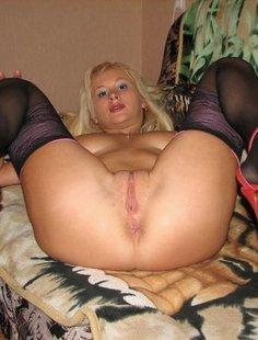 Сладкая блондинка онанирует киску в чулках