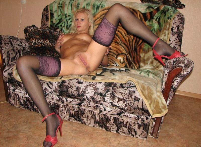 Сладкая блондинка онанирует киску в чулках 7 фото