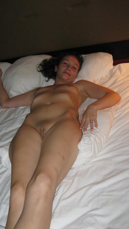 Подруга разделась и сидит голой на постели