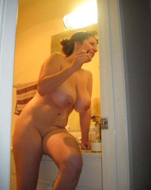 Жопастые тетки загибаются раком и светят голыми сиськами 3 фото