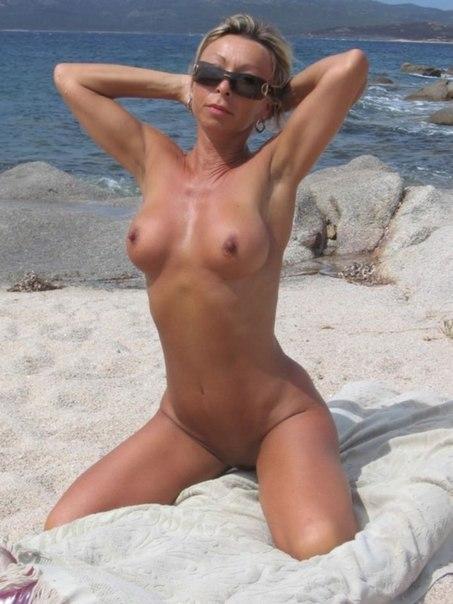 Жопастые тетки загибаются раком и светят голыми сиськами 14 фото