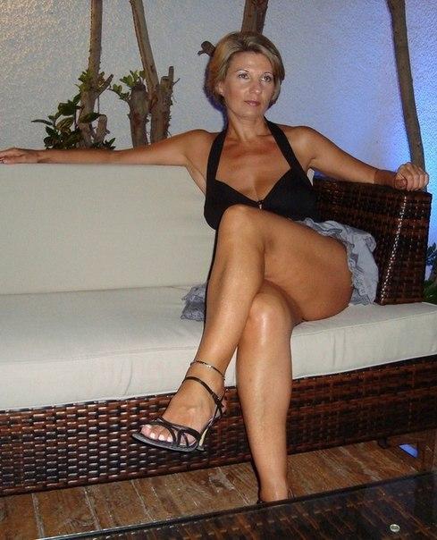 Жопастые тетки загибаются раком и светят голыми сиськами 1 фото