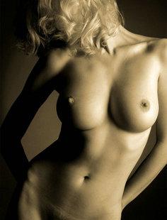 Контуры тела блонды возбуждают