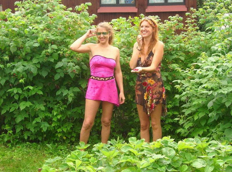 Убеждённые лесбиянки позвали на домашнюю оргию подругу 1 фото