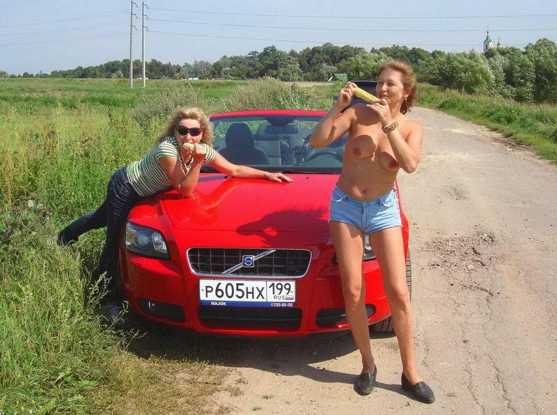 Убеждённые лесбиянки позвали на домашнюю оргию подругу 2 фото