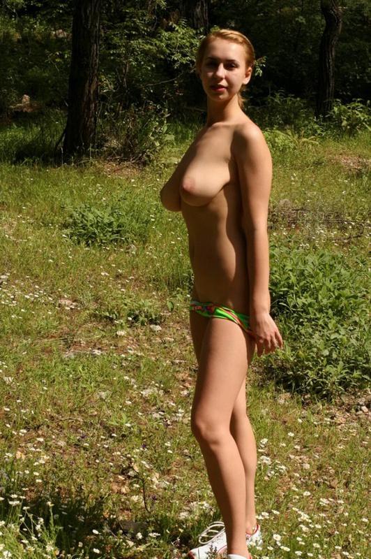Девушка оголила большие сиськи на ромашковой поляне 2 фото