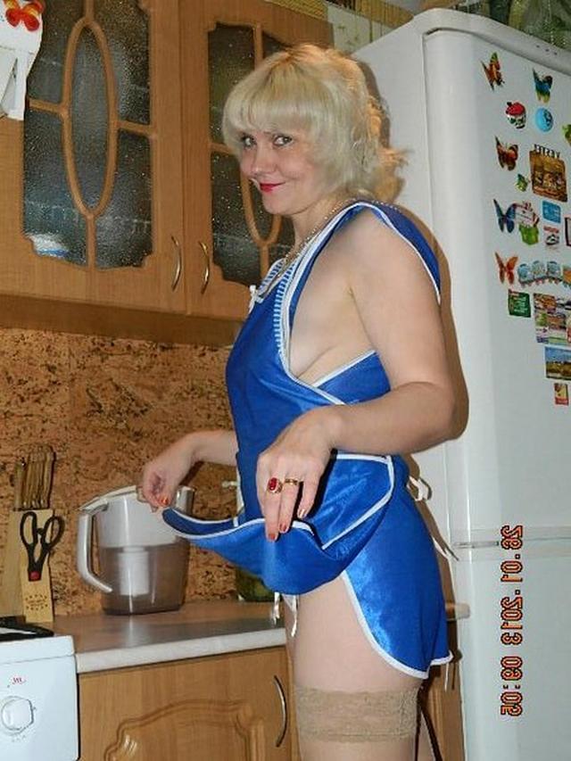 Пожилая блондинка показывает мужу нижнее белье 3 фото