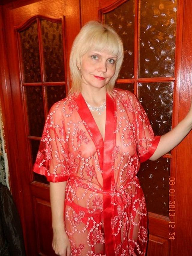 Пожилая блондинка показывает мужу нижнее белье 10 фото
