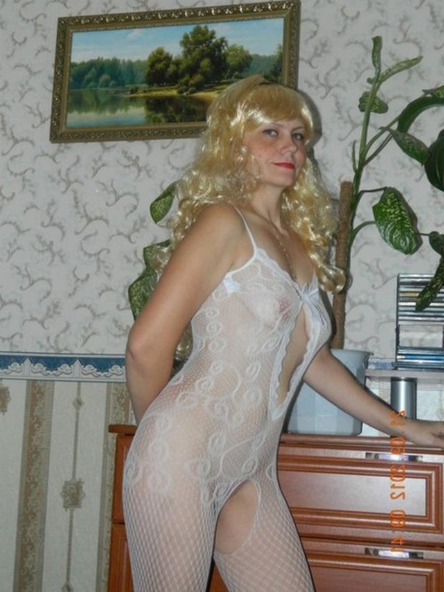 Пожилая блондинка показывает мужу нижнее белье 16 фото