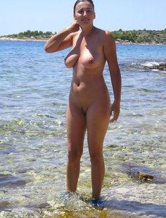 Голая баба любит воду, жару и солнце