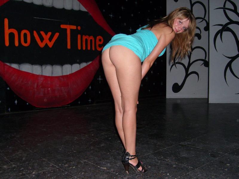 Молодая брюнетка в эротическом белье хвастается стройной фигуркой 17 фото