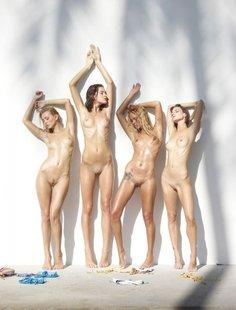 Четыре обнаженные девушки на белом фоне
