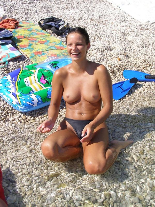 Голые девчата загорают на пляже навеселе 5 фото