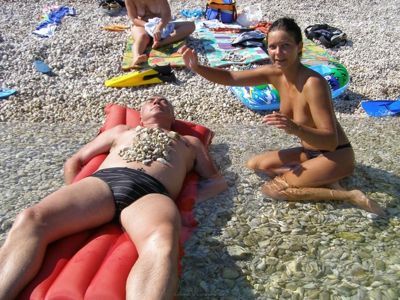 Голые девчата загорают на пляже навеселе 4 фото