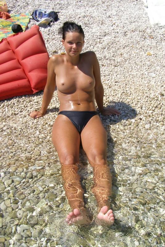 Голые девчата загорают на пляже навеселе 3 фото