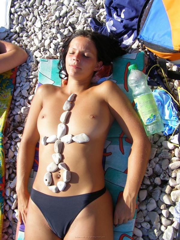 Голые девчата загорают на пляже навеселе 1 фото