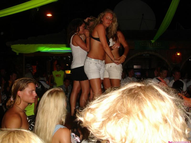 Пьяные девушки показывают голые сиськи на публике 7 фото