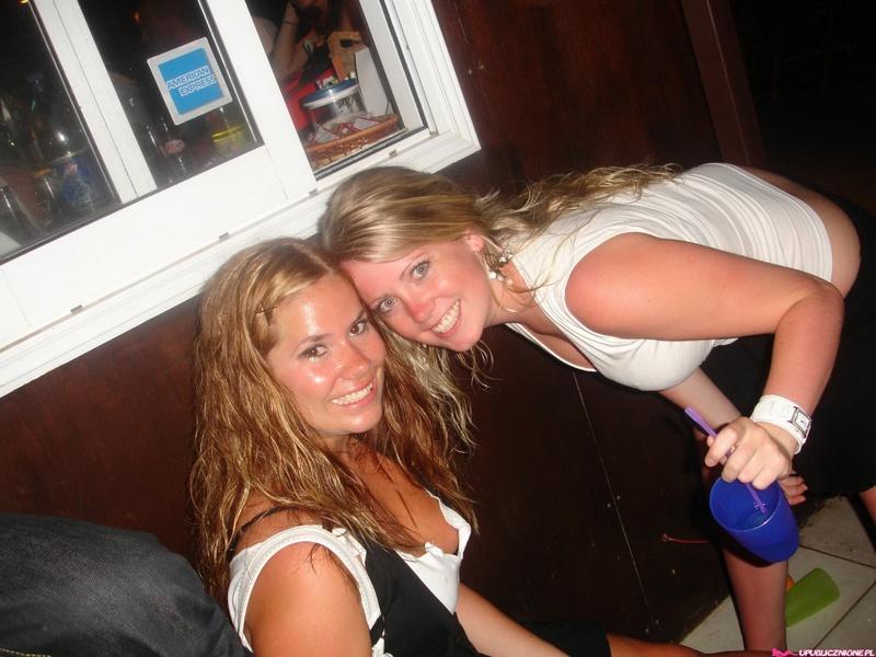 Пьяные девушки показывают голые сиськи на публике 5 фото