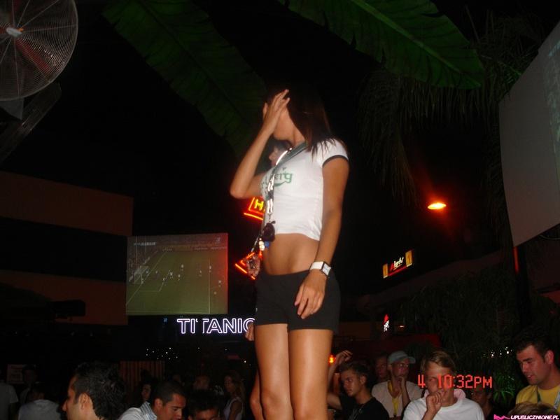 Пьяные девушки показывают голые сиськи на публике 3 фото