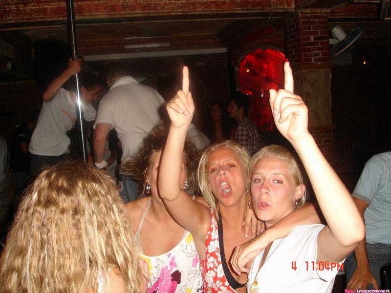 Пьяные девушки показывают голые сиськи на публике 4 фото