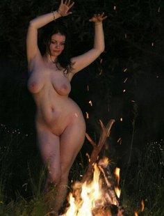 Жопастая брюнетка танцует ночью голышом вокруг костра на поляне