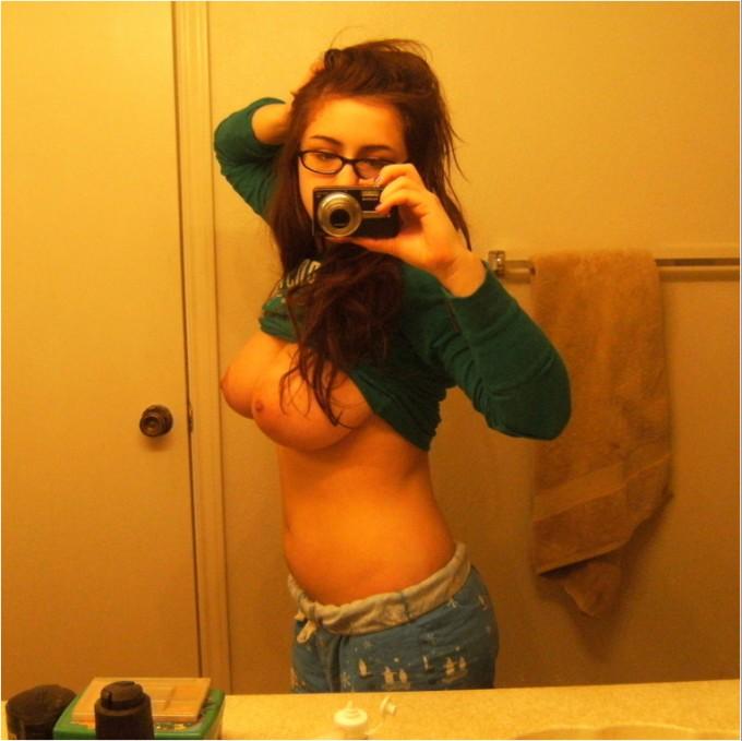 Продавщицы любуются оголенными телами перед зеркалом 3 фото