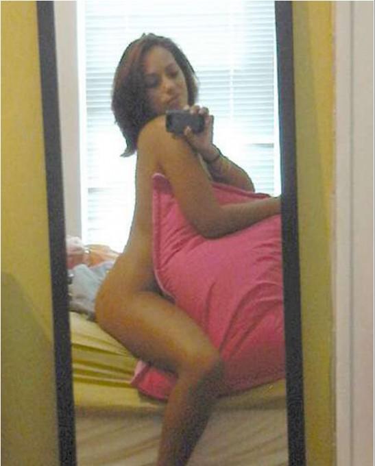 Продавщицы любуются оголенными телами перед зеркалом 13 фото