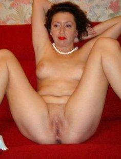 Зрелые дамы обнажаются и показывают свои вагины
