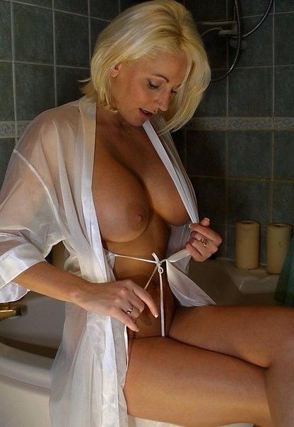 Подборка красивых мамаш дома голышом и в чулках 7 фото