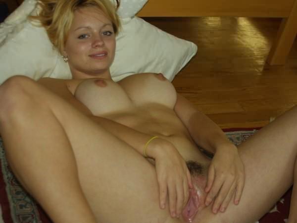 Подборка красивых мамаш дома голышом и в чулках 1 фото
