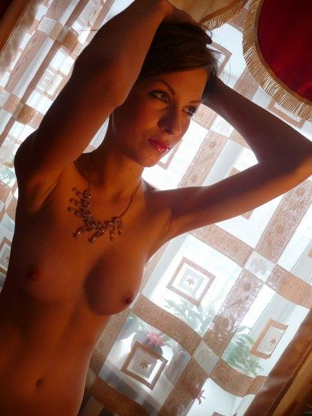 Тощая девятнадцатилетка принимает ванну и позирует голышом перед камерой парня в квартире 23 фото