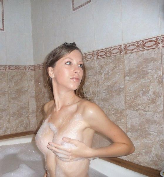 Тощая девятнадцатилетка принимает ванну и позирует голышом перед камерой парня в квартире 13 фото