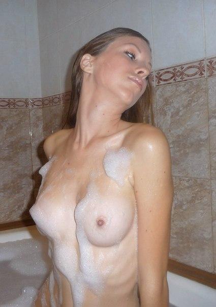 Тощая девятнадцатилетка принимает ванну и позирует голышом перед камерой парня в квартире 2 фото