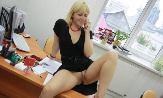 Секретарша проветривает пилотку в обеденный перерыв 3 фото
