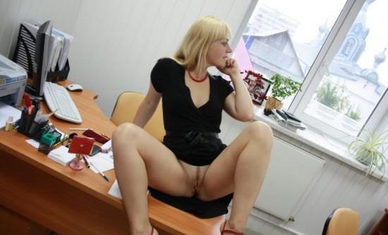Секретарша проветривает пилотку в обеденный перерыв 2 фото