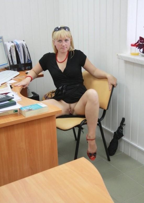 Секретарша проветривает пилотку в обеденный перерыв 5 фото