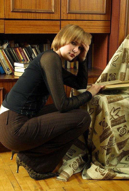 Студентка обнажилась и открыла волосатую киску во время сессии 2 фото