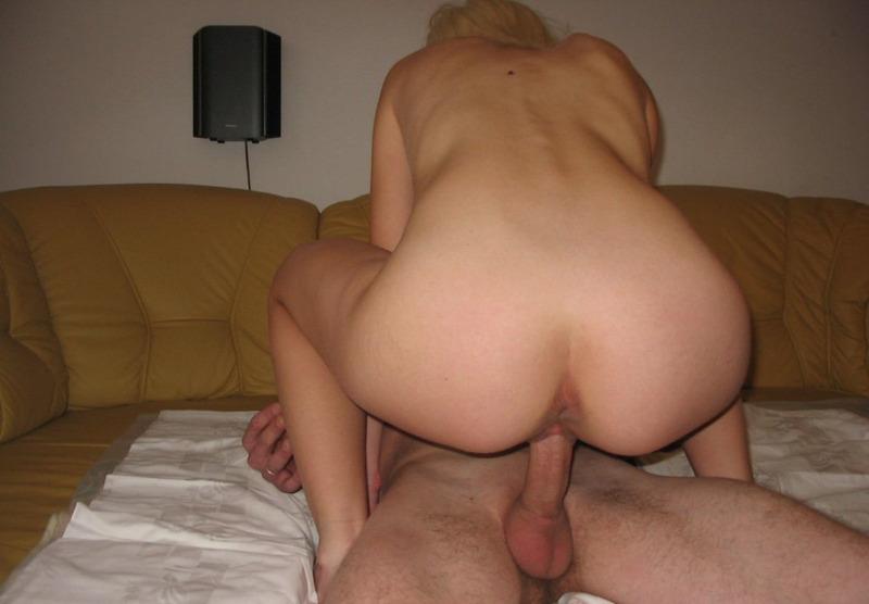 Блонда сосёт длинный член, а после прыгает на нём 7 фото
