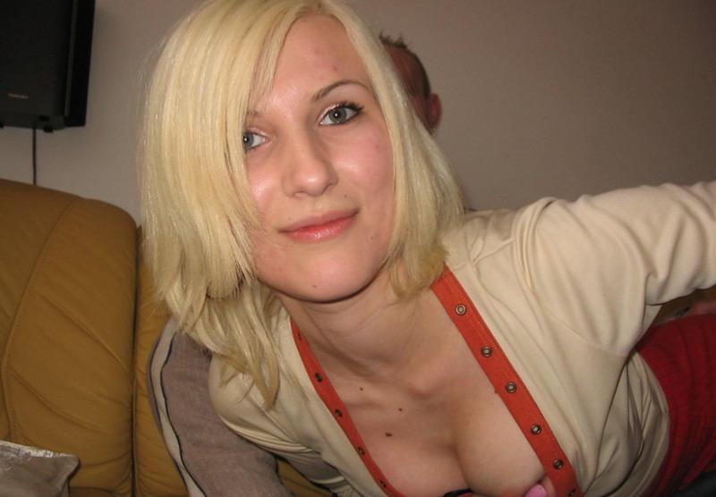 Блонда сосёт длинный член, а после прыгает на нём 1 фото