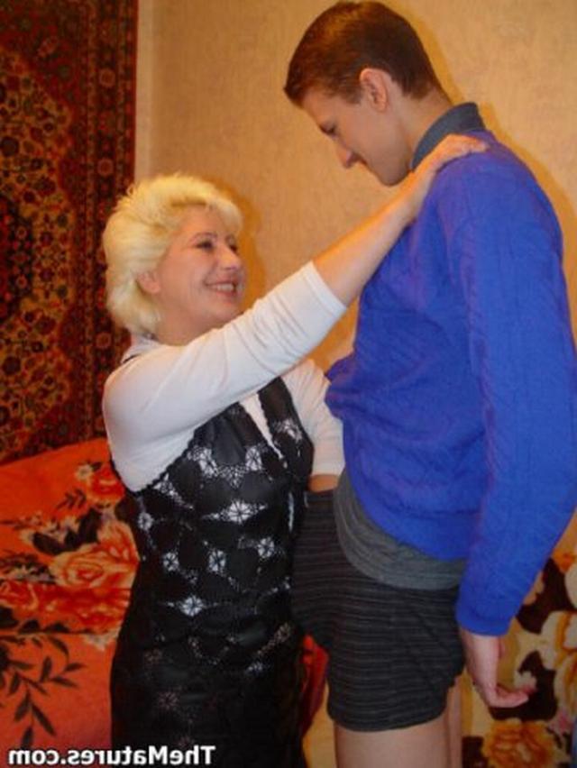 Парень занимается обоюдным оральным сексом со зрелой блондинкой на розовом покрывале 3 фото