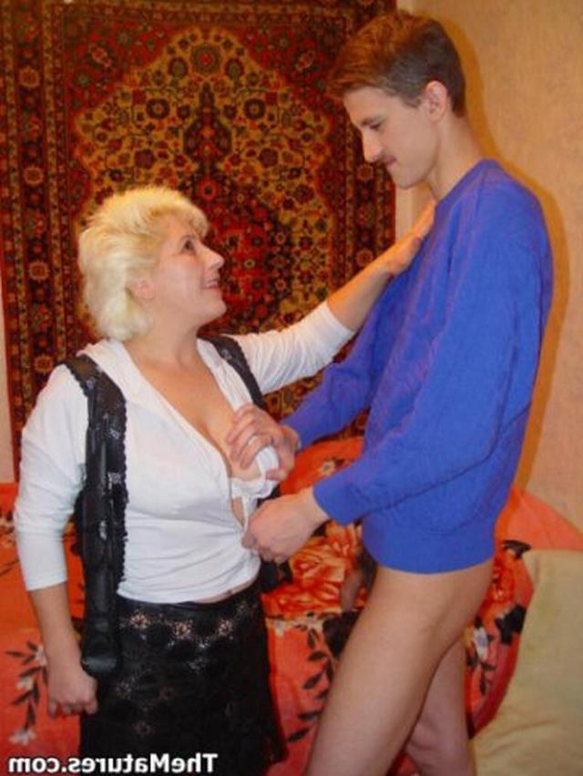 Парень занимается обоюдным оральным сексом со зрелой блондинкой на розовом покрывале 7 фото