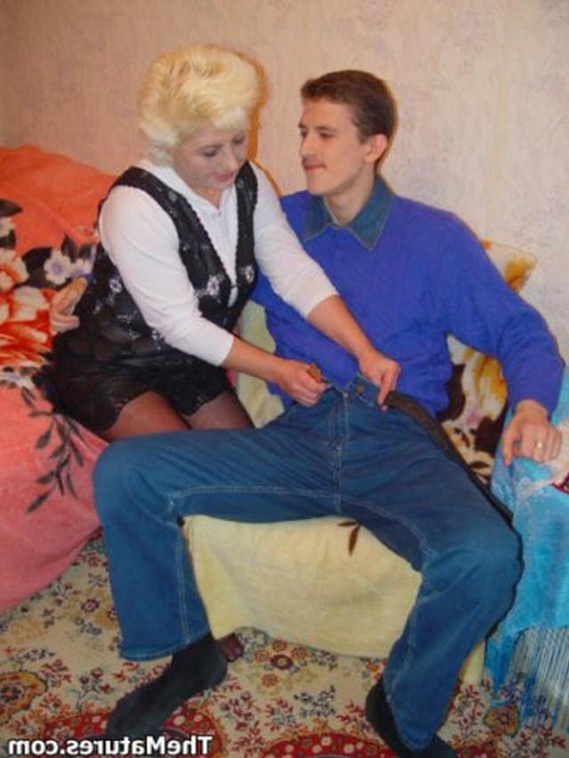 Парень занимается обоюдным оральным сексом со зрелой блондинкой на розовом покрывале 2 фото