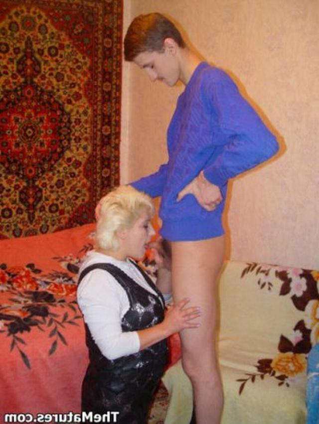 Парень занимается обоюдным оральным сексом со зрелой блондинкой на розовом покрывале 5 фото