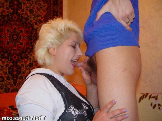 Парень занимается обоюдным оральным сексом со зрелой блондинкой на розовом покрывале 4 фото