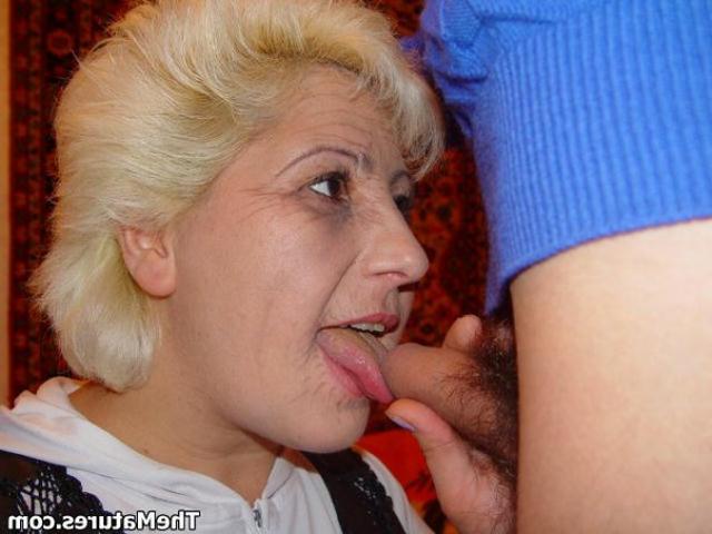 Парень занимается обоюдным оральным сексом со зрелой блондинкой на розовом покрывале 6 фото