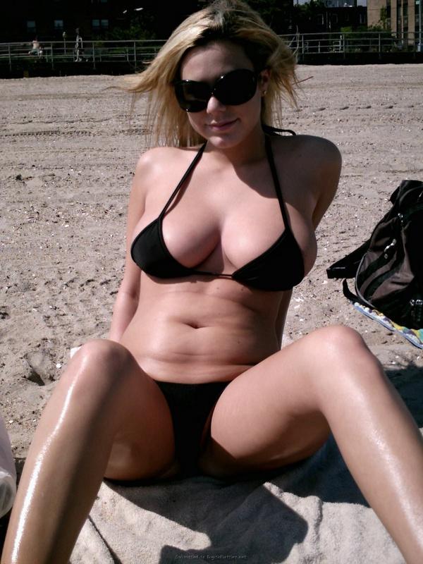Сногсшибательная девушка показывает сиськи на пляже 2 фото