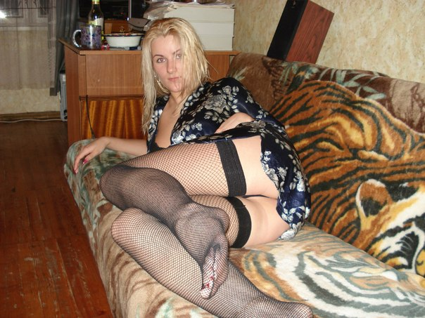 Стройная блондинка в чулках и коротких шортах позирует на камеру бывшего 9 фото