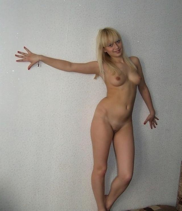 Молодые девки хвастаются голыми титьками 27 фото