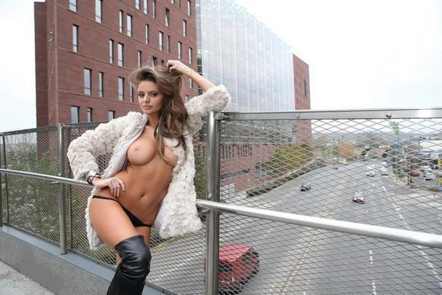 Молодые девки хвастаются голыми титьками 25 фото