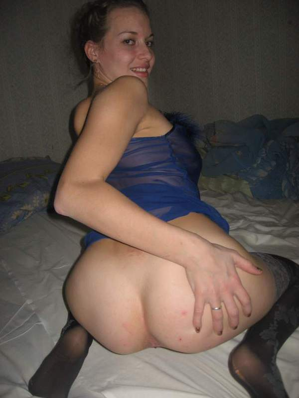 Замужняя мамка в чулках раздвигает ноги в постели 4 фото